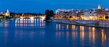 Dijk de rivier van van Sevilla, Guadalquivir, Spanje royalty-vrije stock afbeeldingen