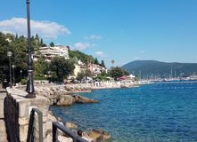 Dijk en overzees in Herceg Novi stock afbeeldingen