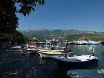 Dijk en schepen in Budva-stad, Montenegro stock foto's