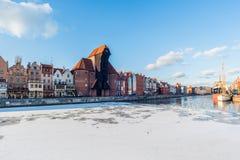 Dijk in Gdansk, Polen, oude kraan, historische architectuur Stock Afbeelding