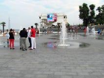 Dijk met fonteinen van de grond, op een hete de zomerdag royalty-vrije stock foto's