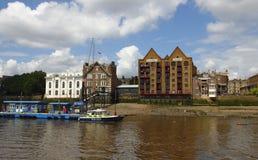 Dijk oude gebouwen de Oost- van Londen en zeer oude bar met nieuwe ontwikkelingen Stock Fotografie