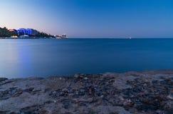 Dijk, overzees en blauwe hemelstad, landschap, panorama royalty-vrije stock foto's