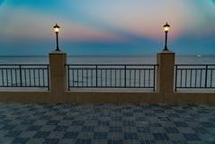 Dijk, overzees en blauwe hemelstad, landschap, panorama stock afbeeldingen