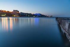 Dijk, overzees en blauwe hemelstad, landschap, panorama royalty-vrije stock foto