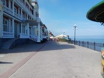 Dijk in Svetlogorsk op een zonnige de zomerdag royalty-vrije stock afbeelding