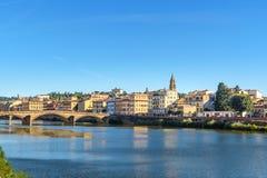 Dijk van Arno-rivier en de brug van Ponte Alla Carraia bij zonnige dag in Florence, Italië stock afbeeldingen