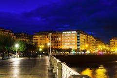 Dijk van Baai van La Concha in nacht San Sebastian Stock Afbeeldingen