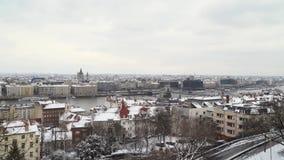 Dijk van de Donau en de Basiliek van St Istvan stock video