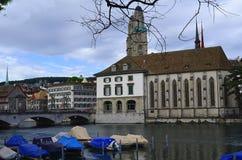 Dijk van de Limmat-Rivier, Zürich, Zwitserland stock foto's