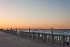 Dijk van de overzeese de hemelwater zonsondergangzon Royalty-vrije Stock Afbeelding