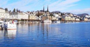 Dijk van de populaire stad Luzerne, Zwitserland met bergen bij de achtergrond stock video
