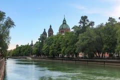 Dijk van de rivier Isar in München in Beieren royalty-vrije stock afbeelding