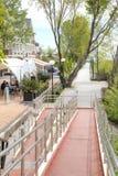 Dijk van de rivier Mzymta stock foto's