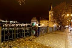 Dijk van de Vltava-Rivier dichtbij Charles Bridge, nacht praag Tsjechische Republiek stock fotografie