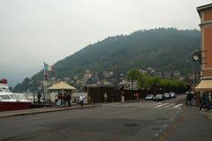 Dijk van het Meer en de haven van Como met jachten stock foto