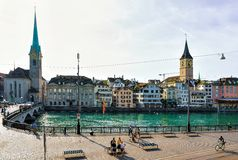 Dijk van Limmat en St Peter Church en Fraumunster Zürich Royalty-vrije Stock Fotografie