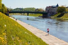 Dijk van Neris-rivier in Vilnius, Litouwen Stock Foto
