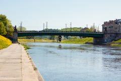 Dijk van Neris-rivier in Vilnius, Litouwen Stock Fotografie