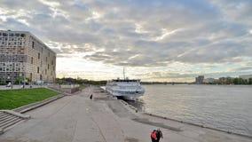 Dijk van Neva River, rand van St. Petersburg stock videobeelden