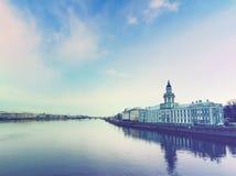 Dijk van Neva-rivier in St. Petersburg, Rusland Stock Fotografie