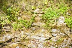 Dijkmuur met blokken van steen wordt gebouwd die Stock Afbeelding