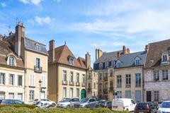 Dijon, França - 30 de abril de 2017: Wi franceses do estilo da arquitetura velha Imagens de Stock