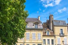 Dijon, França - 30 de abril de 2017: Wi franceses do estilo da arquitetura velha Foto de Stock Royalty Free