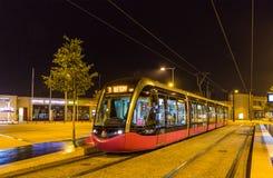 DIJON FRANKRIKE - NOVEMBER 01: Spårvagn för Alstom Citadis 302 på cent Arkivfoton