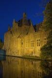 Dijver kanal i Bruges på natten Arkivfoto