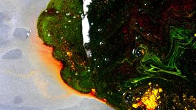 Dik gemengde donkere verf Close-up die van dikke verf vullende oppervlakte en water verplaatsen opdoemen Donkere gemengde acrylve stock videobeelden