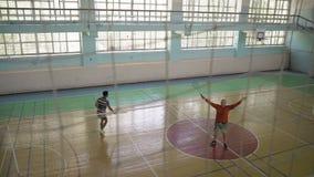 Dik Guy Makes Hands met een Badmintonracket, trekt Aandacht stock video