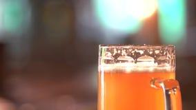 Dik oranje bierhoofd stock videobeelden