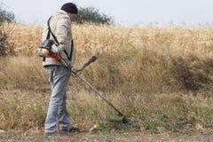 DIKANKA, UCRAINA - 30 SETTEMBRE 2015: Agricoltore del paese che lavora dentro Fotografie Stock Libere da Diritti