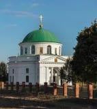DIKANKA UKRAINA - OKTOBER 10, 2015: Kyrkan av St Nicholas som byggs i 1797, är det också jordfästningstället av familjen Kochubey Royaltyfri Fotografi