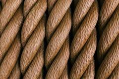 Dikke bruine die kabel in een broodje wordt gerold Verticaal schema royalty-vrije stock foto's