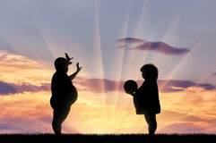 Dikke gelukkige kinderen die bal spelen stock illustratie