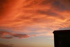 Dikke Oranje Wolken over Flatgebouw met koopflats Royalty-vrije Stock Fotografie