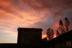 Dikke Oranje Wolken over Flatgebouw met koopflats Royalty-vrije Stock Afbeeldingen