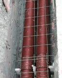 Dikke polyethyleenpijpen in de uitgraving van de weg Stock Afbeelding