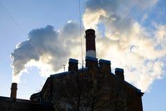 Dikke rook die van fabrieksschoorstenen uitspuwen Royalty-vrije Stock Afbeelding