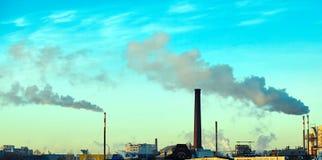 Dikke rook die van fabrieksschoorstenen uitspuwen Stock Foto's