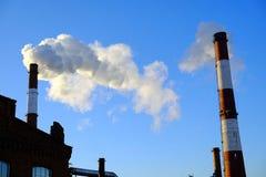 Dikke rook die van fabrieksschoorstenen uitspuwen Royalty-vrije Stock Foto