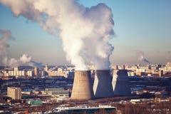 Dikke rook van thermische elektrische centrales meer dan de woonwijken van de stad Royalty-vrije Stock Fotografie