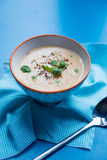 Dikke soep in kom op blauwe servet en achtergrond royalty-vrije stock afbeelding