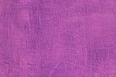Dikke verse roze olieverf op de vlakke naadloze textuur van de staaloppervlakte met oude barsten onder het stock foto