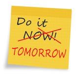 Dilación - hágala ahora o mañana nota pegajosa Fotografía de archivo libre de regalías