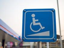 Dilaghi il segno per il disabile, rampe di Access della sedia a rotelle immagine stock libera da diritti