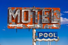 Dilapidado, motel do vintage assina dentro o deserto do Arizona imagem de stock