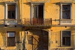 Dilapidated byggande yttersida Arkivfoton